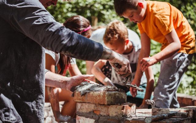 Žáci z Kutnohorska pomáhali v Divočině stavět pec na chleba