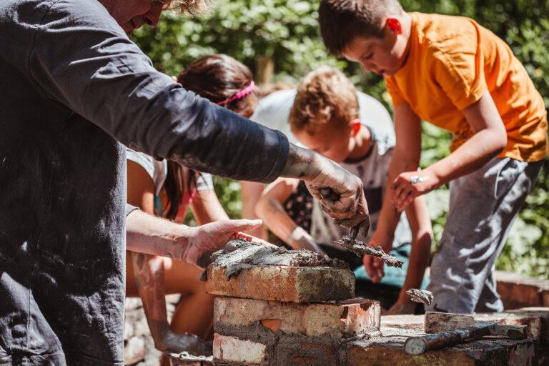 Read more about the article Žáci z Kutnohorska pomáhali v Divočině stavět pec na chleba